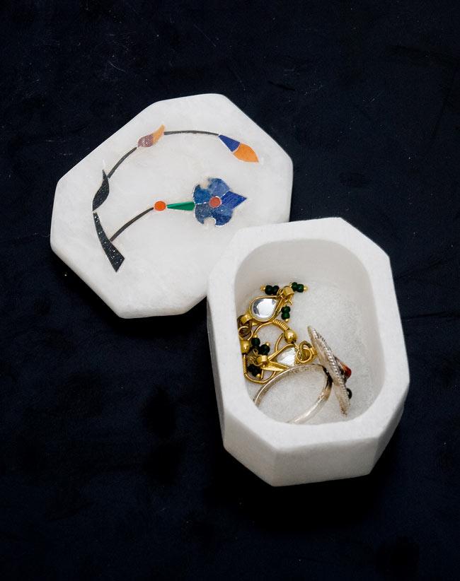 【ジュエル型】マーブルストーンの小物入れ[約5.5cm]の写真6 - 1cm程度のピアスを入れてみました。指輪などにもお使いいただけます。