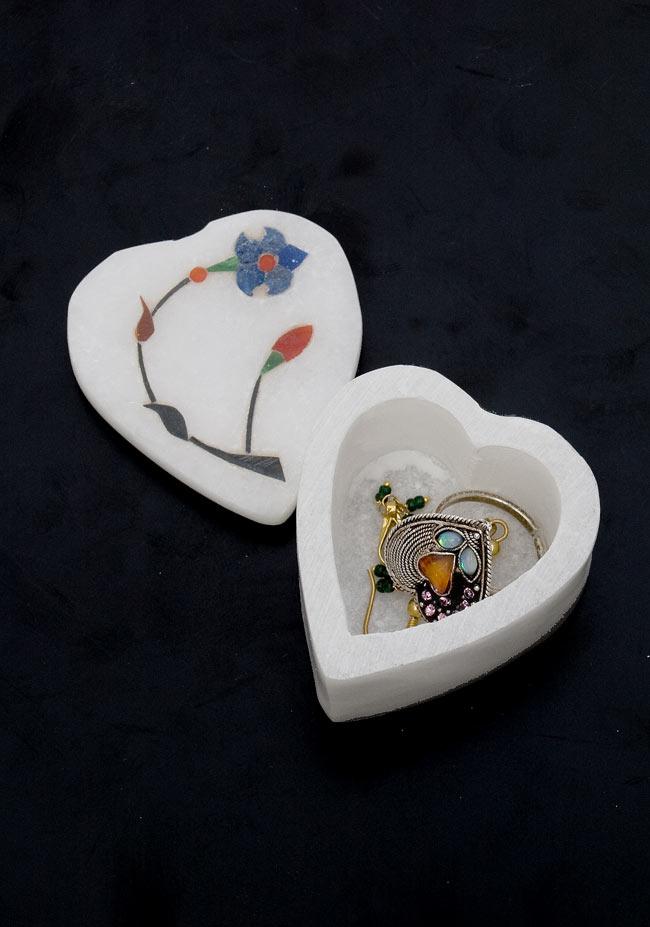 【ハート型】マーブルストーンの小物入れ[約5cm]の写真6 - 1cm程度のピアスを入れてみました。指輪などにもお使いいただけます。