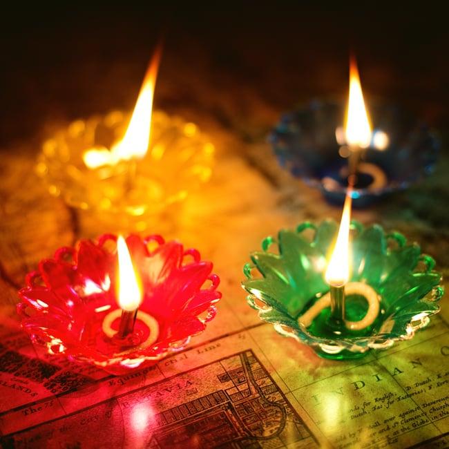 【12個入り】光の華咲く フローティングオイルランプ - マリーゴールド〔2.5cm×6.8cm〕 7 - 以下の写真は、花びらの形が若干ことなる同ジャンル品の、ロータスへ試しに火を付けてみたところです。