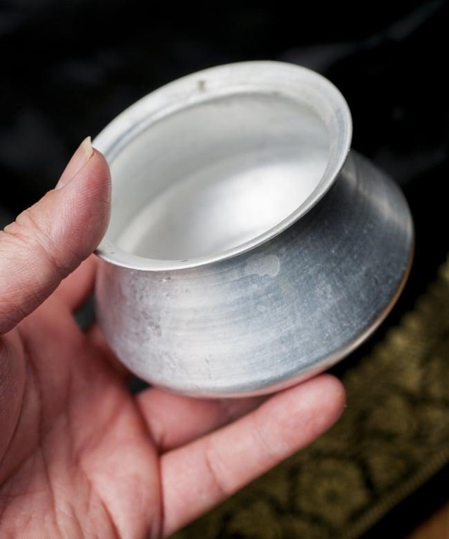 ハンディ(インド鍋)型の小物入れの写真4 - 一番大きな鍋を手に取るとこれくらいの大きさ。