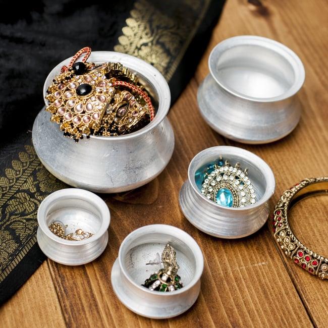 ハンディ(インド鍋)型の小物入れの写真7 - アクセサリー入れとしての使用例になります。