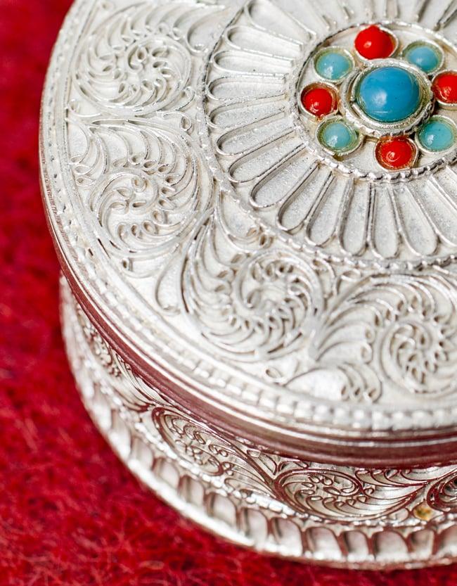 ネパールのホワイトメタルジュエルケース[直径5.5cm] 3 - 繊細な印象を与える装飾です。