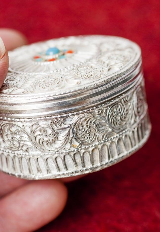 ネパールのホワイトメタルジュエルケース[直径5.5cm] 4 - 側面にも装飾が施されています。