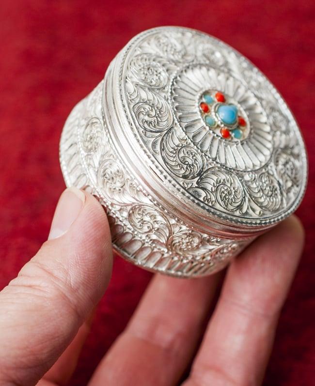 ネパールのホワイトメタルジュエルケース[直径5.5cm] 5 - 小さなジュエルケースです。