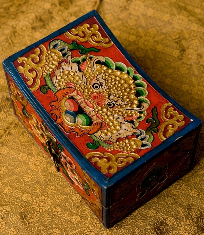 チベットの伝統小物入れ - 龍(凹型) 2 - 商品上面の写真です。美しいです。