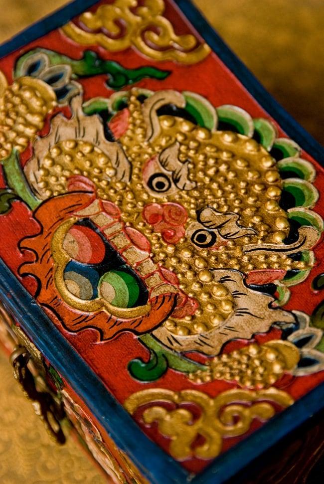チベットの伝統小物入れ - 龍(凹型) 3 - 上面を拡大してみました。彫り込み、染色、凹凸のどれも手が込んでいます。