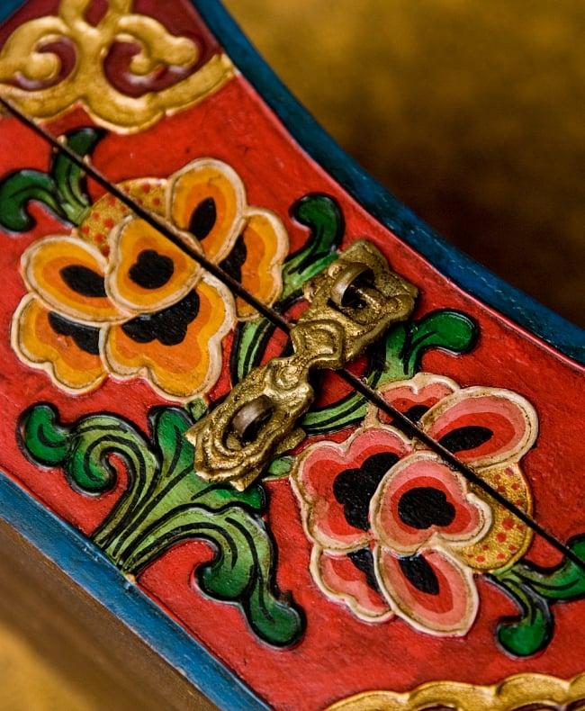 チベットの伝統小物入れ - 龍(凹型) 5 - 留具部分を拡大してみました。留め具部分にも彫り込みが有ります。