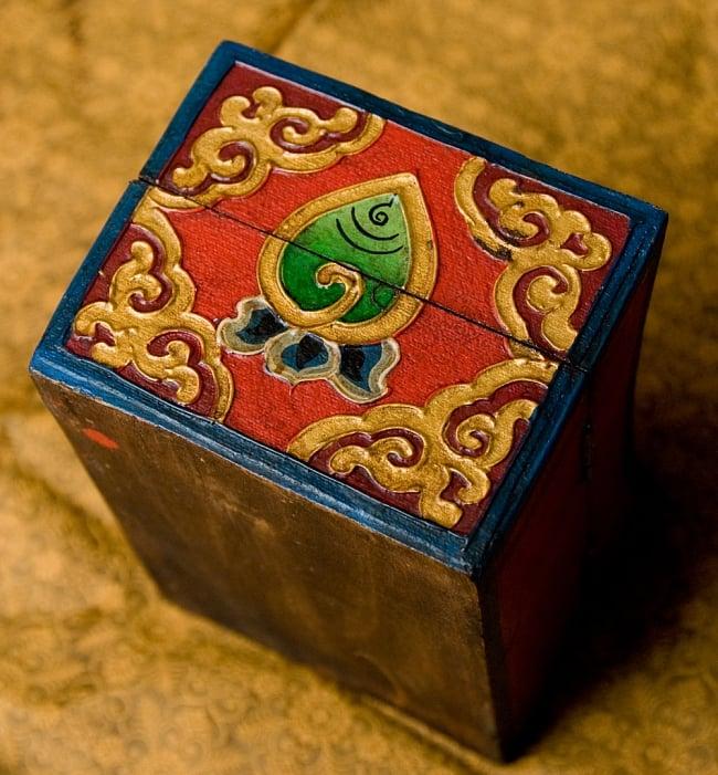 チベットの伝統小物入れ - 龍(凹型) 6 - 側面部分です。咲く前の蓮が描かれています。