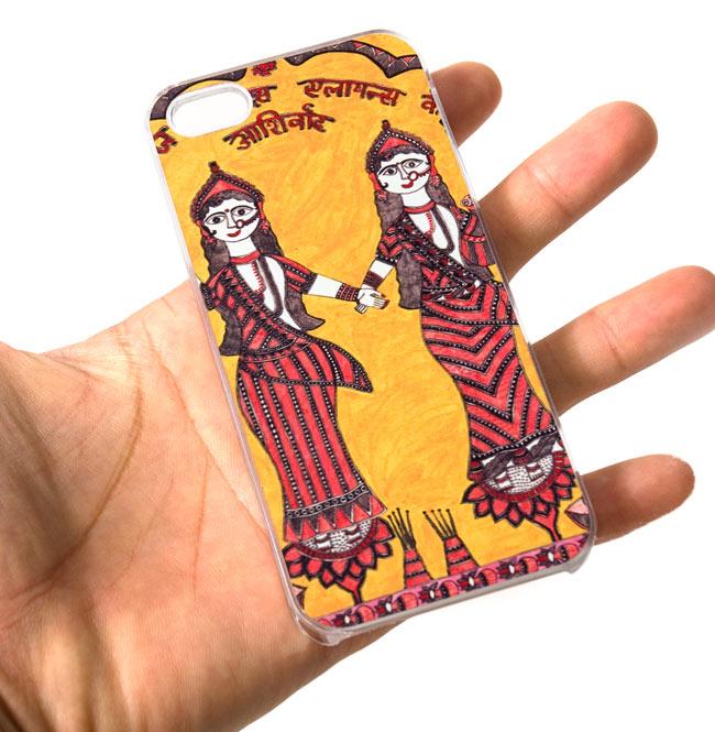 インドの伝統絵画ミティラー画【ティラキタオリジナルiPhone5/5s/SEケース】の写真7 - 手に持った所です