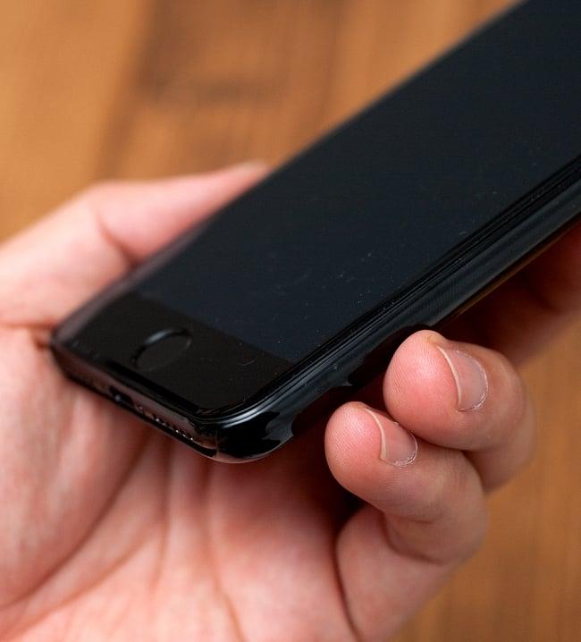 【限定品】DANCE OF SHIVA2014【ティラキタオリジナルiPhone7/7s/8ケース】 6 - 手に持ってみました。なお、こちらはiPhone7を撮影した写真で、お送りするものはiPhonr5/5s/SE用となります