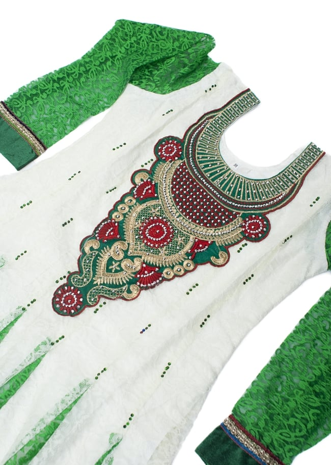 サフェードのパンジャビドレス 3点セット 白×緑の写真4 - 豪華な胸元の様子です。