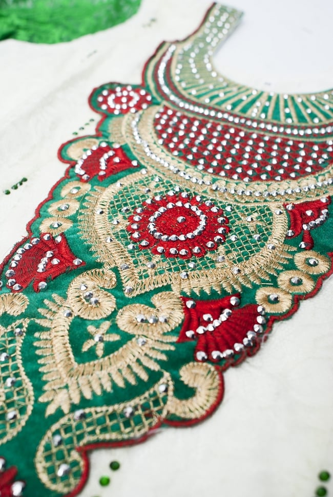 サフェードのパンジャビドレス 3点セット 白×緑の写真8 - 刺繍部分を近くで見てみました。きらびやかで素敵ですね。
