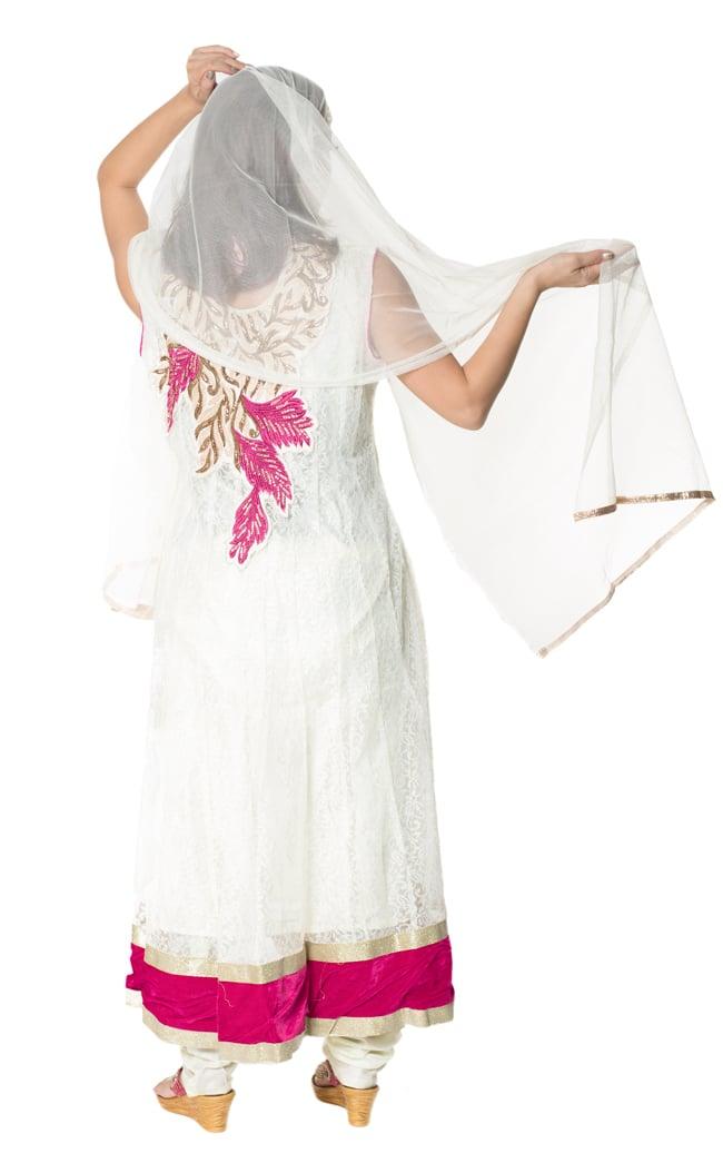 サフェードのパンジャビドレス 3点セット 白×ピンクの写真3 - 後ろ姿です。