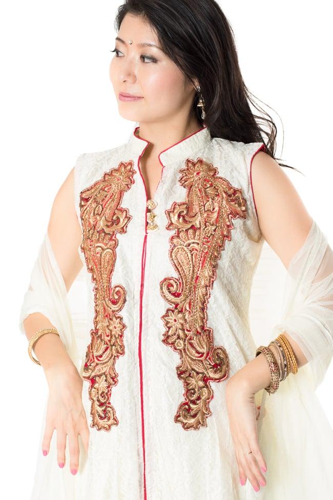 サフェードのパンジャビドレス 3点セット 白×赤 4 - 豪華な胸元の様子です。
