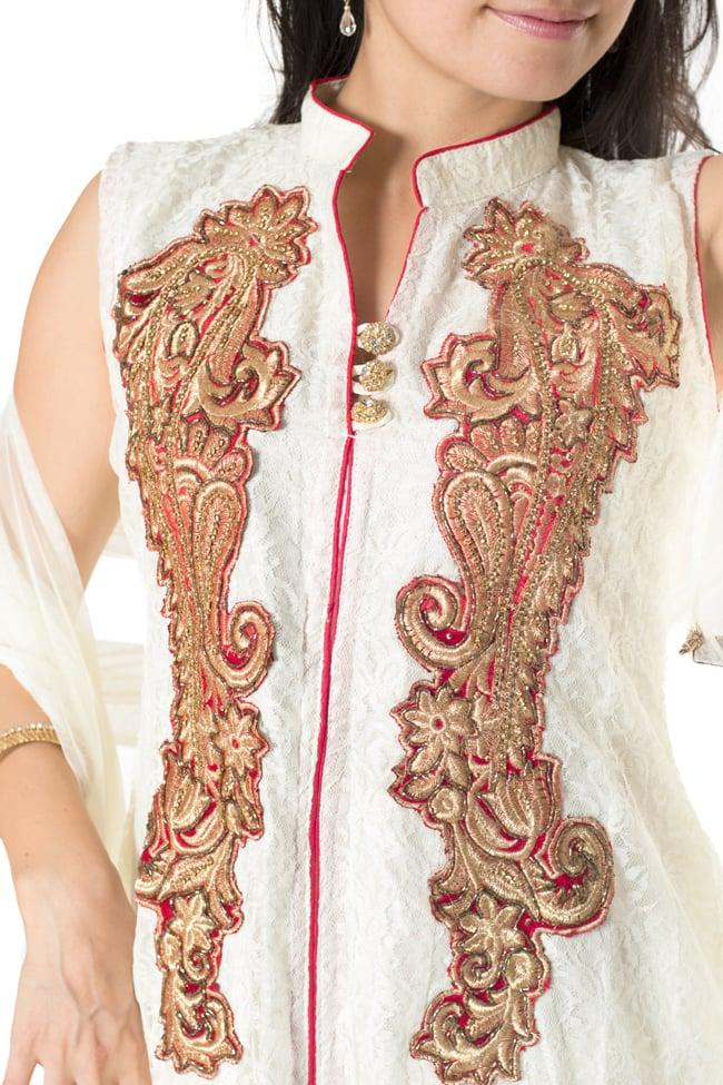 サフェードのパンジャビドレス 3点セット 白×赤 5 - 刺繍やスパンコールで華やかに飾られています。