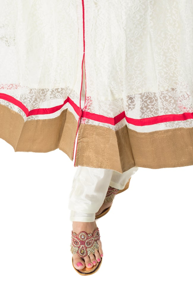 サフェードのパンジャビドレス 3点セット 白×赤 7 - 裾の様子です。