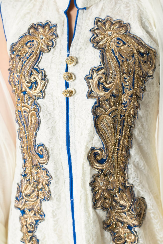 サフェードのパンジャビドレス 3点セット 白×青 5 - 刺繍やスパンコールで華やかに飾られています。