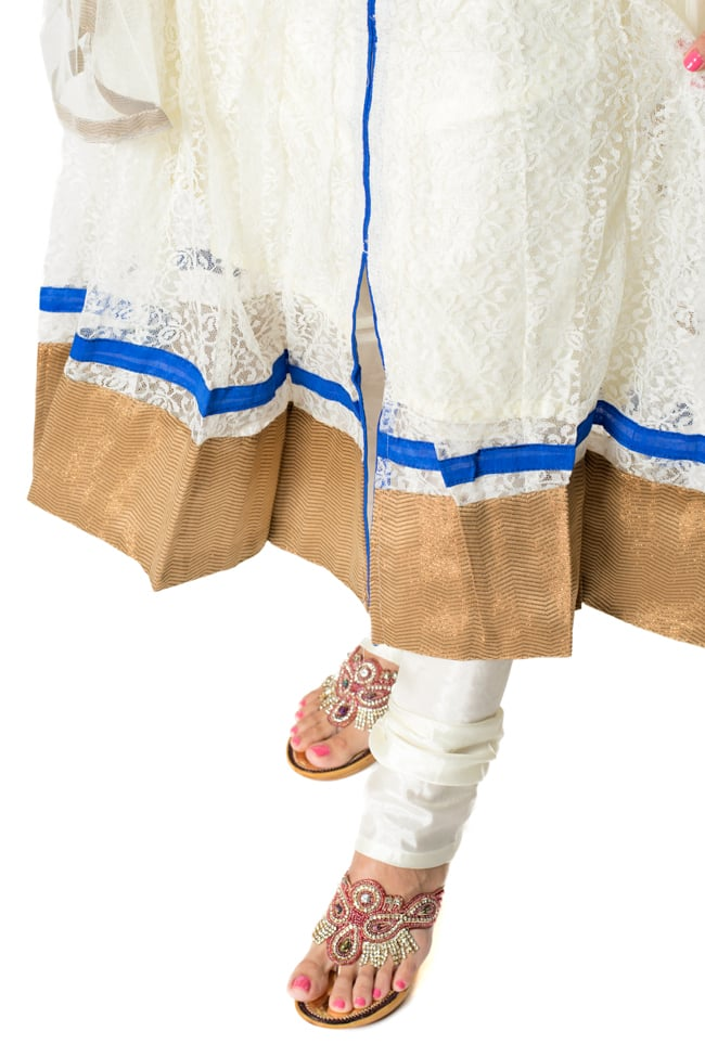 サフェードのパンジャビドレス 3点セット 白×青 7 - 裾の様子です。