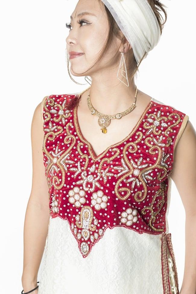 サフェードのパンジャビドレス 3点セット 白×赤の写真4 - 豪華な胸元の様子です。