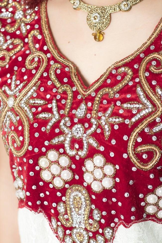 サフェードのパンジャビドレス 3点セット 白×赤の写真5 - 刺繍やスパンコールで華やかに飾られています。