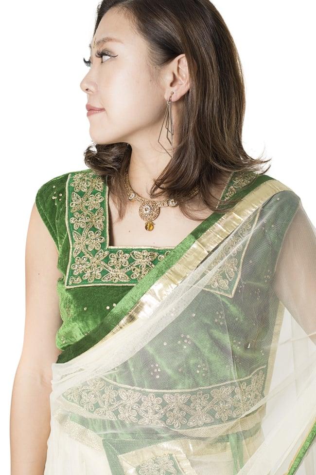 サフェードのレヘンガ 白×緑の写真4 - 豪華な胸元の様子です。