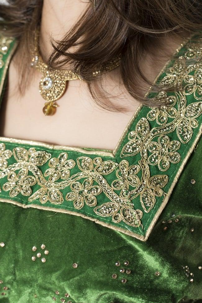サフェードのレヘンガ 白×緑の写真5 - 刺繍やスパンコールで華やかに飾られています。