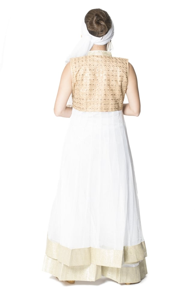 サフェードのパンジャビドレス 4点セット 白×金色 3 - 後ろ姿です。