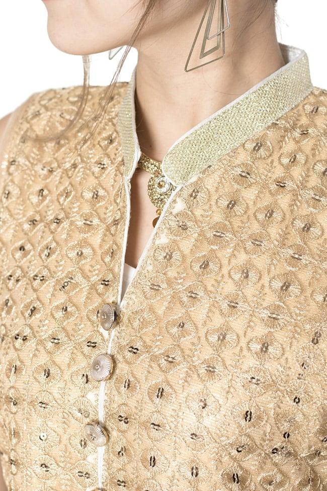 サフェードのパンジャビドレス 4点セット 白×金色の写真5 - 刺繍やスパンコールで華やかに飾られています。
