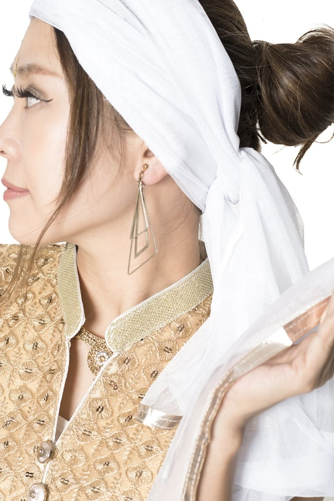 サフェードのパンジャビドレス 4点セット 白×金色の写真9 - 女性らしさを感じる、とてもインド的なドレスですね。