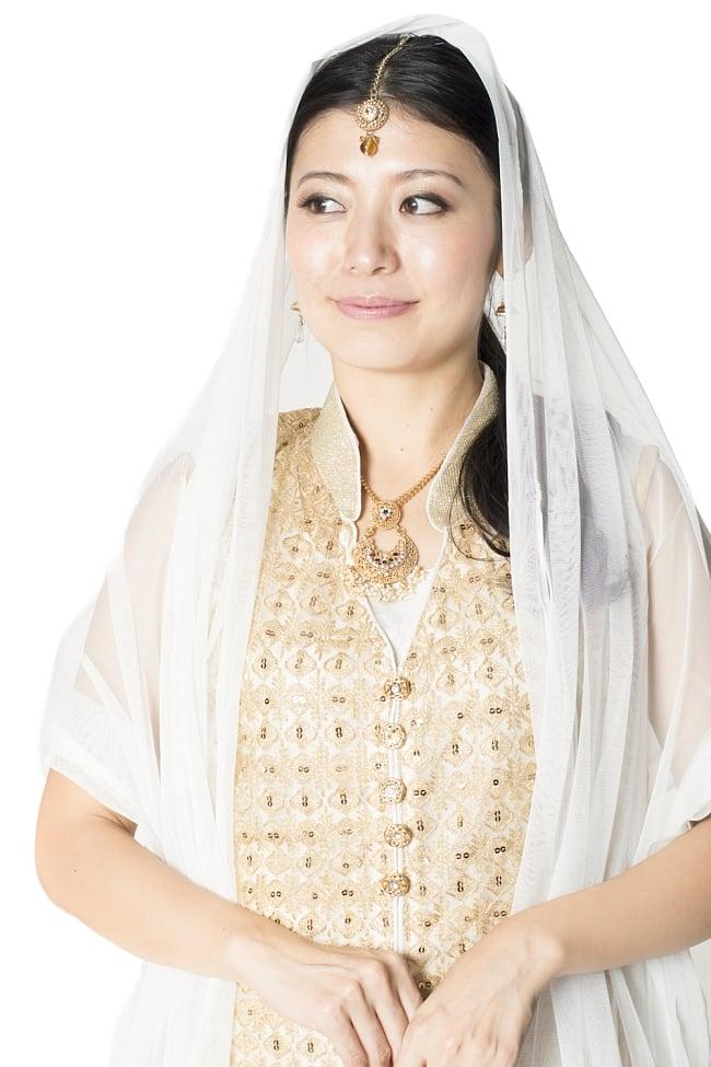 サフェードのパンジャビドレス 4点セット 白×金色の写真4 - 豪華な胸元の様子です。