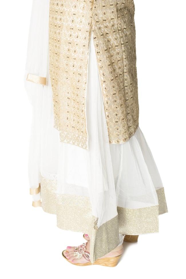 サフェードのパンジャビドレス 4点セット 白×金色の写真8 - 側面にはスリットが入っていて洗練された印象です。