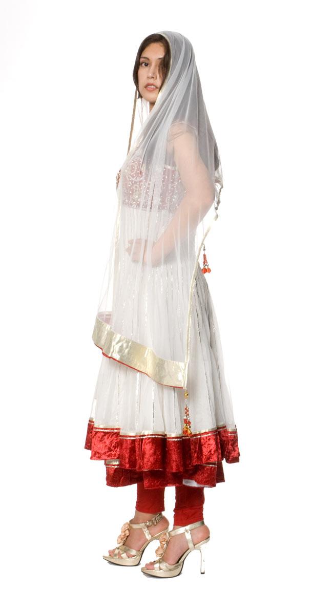 【1点物】インドのゴージャスパンジャービードレス-白×赤 3 - 別の角度から撮ってみました。