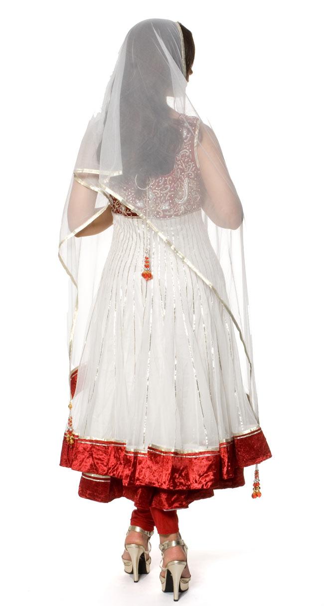【1点物】インドのゴージャスパンジャービードレス-白×赤 4 - 後ろ姿です。