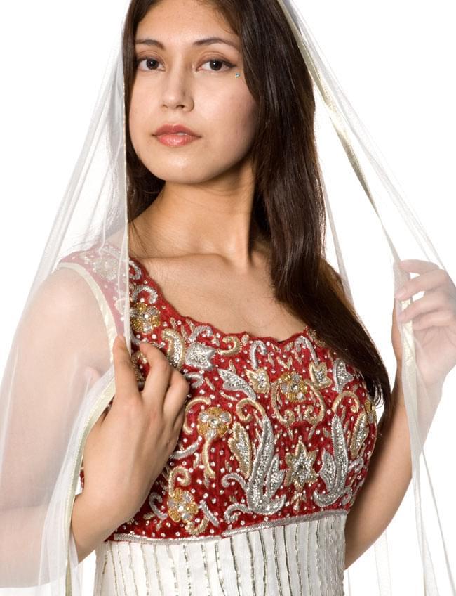 【1点物】インドのゴージャスパンジャービードレス-白×赤 5 - 胸元をアップにしてみました。