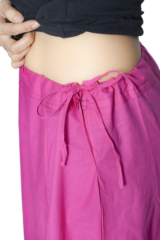 サリーの下に着るペチコー トライトピンクの写真6 - このように紐で調整できるフリーサイズ(最大ウエスト100cm程度)です。