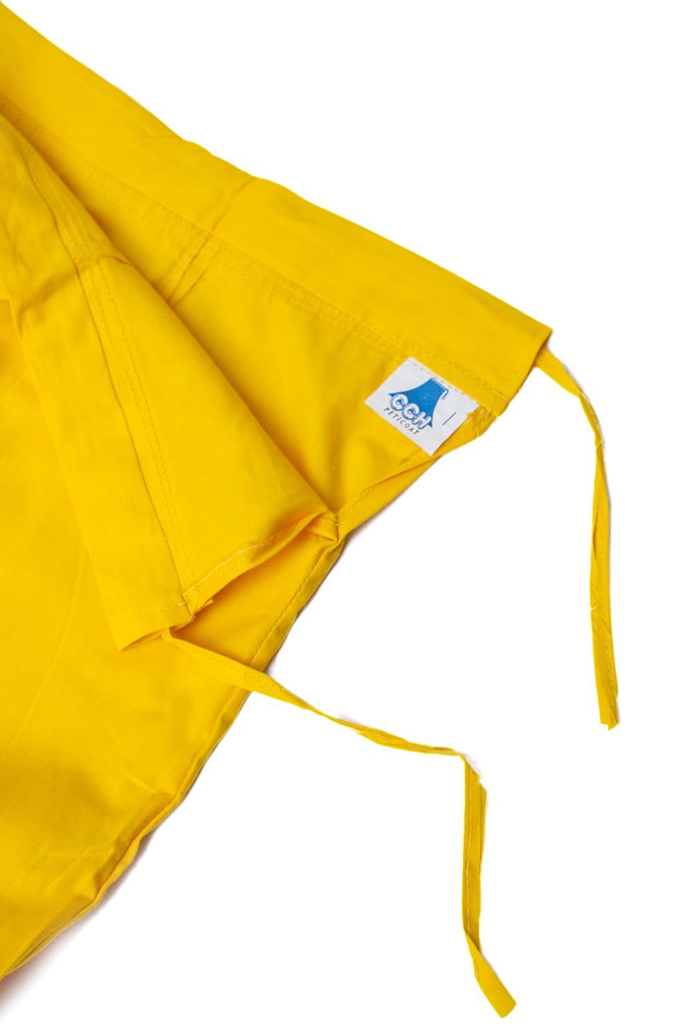 サリーの下に着るペチコート イエロー 4 - ウエストは紐で絞るタイプになります。