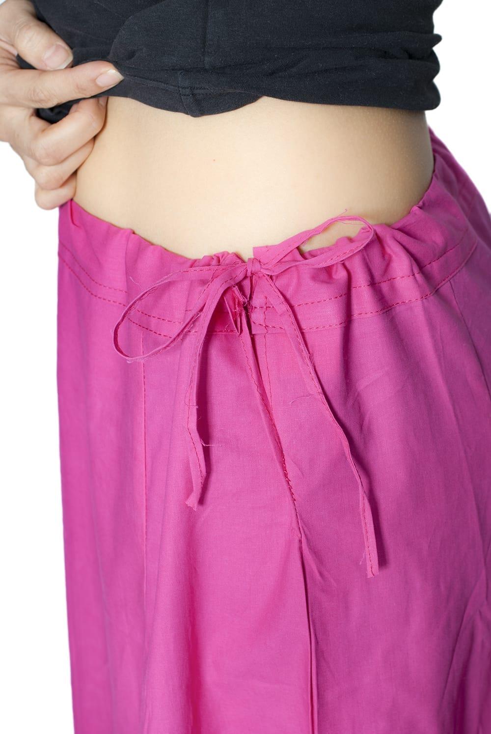 サリーの下に着るペチコート - ベビーピンク 6 - このように紐で調整できるフリーサイズ(最大ウエスト100cm程度)です。