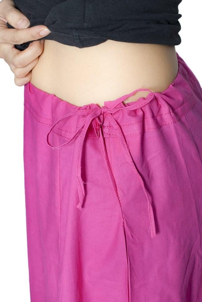 サリーの下に着るペチコート - 濃サーモン 6 - このように紐で調整できるフリーサイズ(最大ウエスト100cm程度)です。