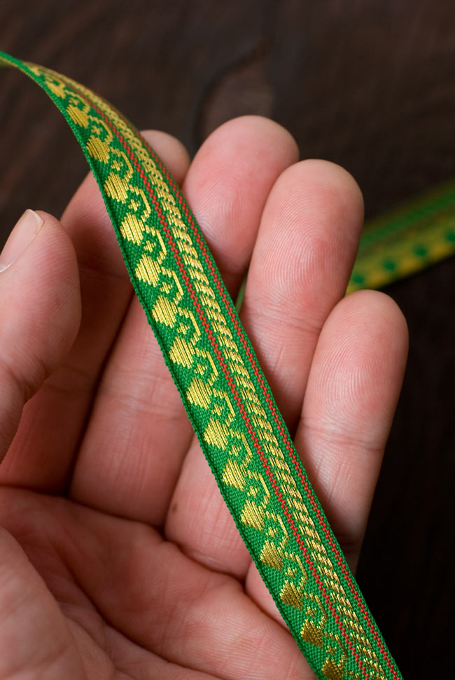 (幅:約1cm)細幅のチロリアンテープ (1m売り) - 緑 3 - 手にとってみました。大きさがつかめますね。