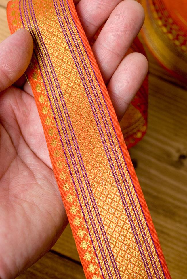 [幅:約4cm]中幅のチロリアンテープ - オレンジ[25m売り]の写真3 - 手にとってみました。大きさがつかめますね。