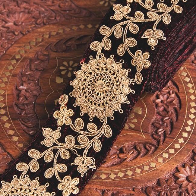 チロリアンテープ メーター売 - 金糸が美しい ベルベット生地と更紗模様のゴータ刺繍〔幅:約6.5cm〕の写真