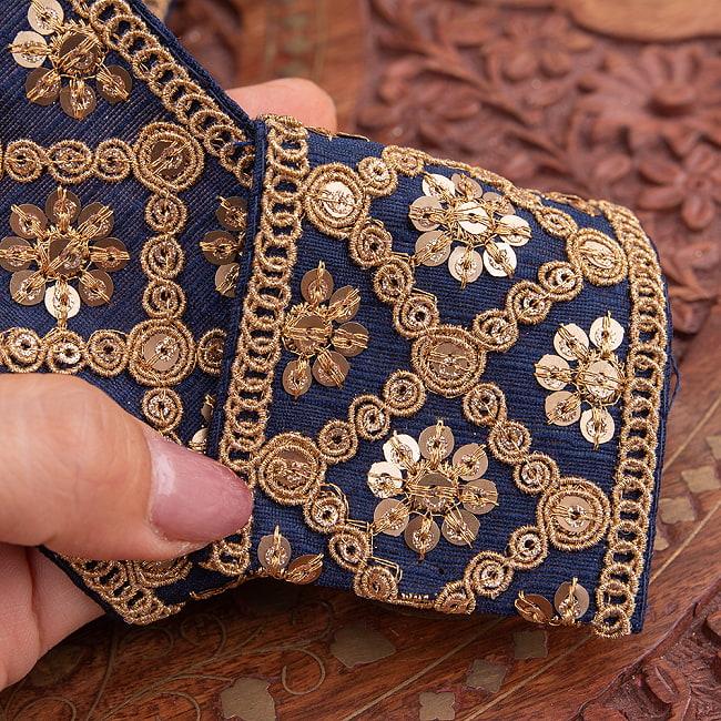 【全7色】 チロリアンテープ メーター売 - 金糸が美しい 更紗模様のゴータ刺繍〔幅:約5.8cm〕 - ハンデラバード 11 - 3:紺の拡大写真です