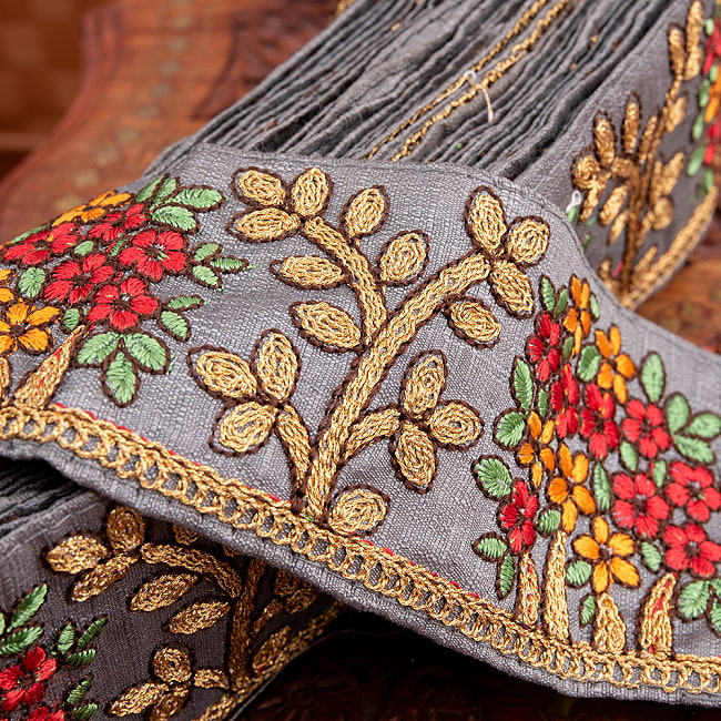 【極太幅8cm】 チロリアンテープ メーター売 - 金糸が美しい 更紗模様のゴータ刺繍  - 満開 2 - 拡大写真です