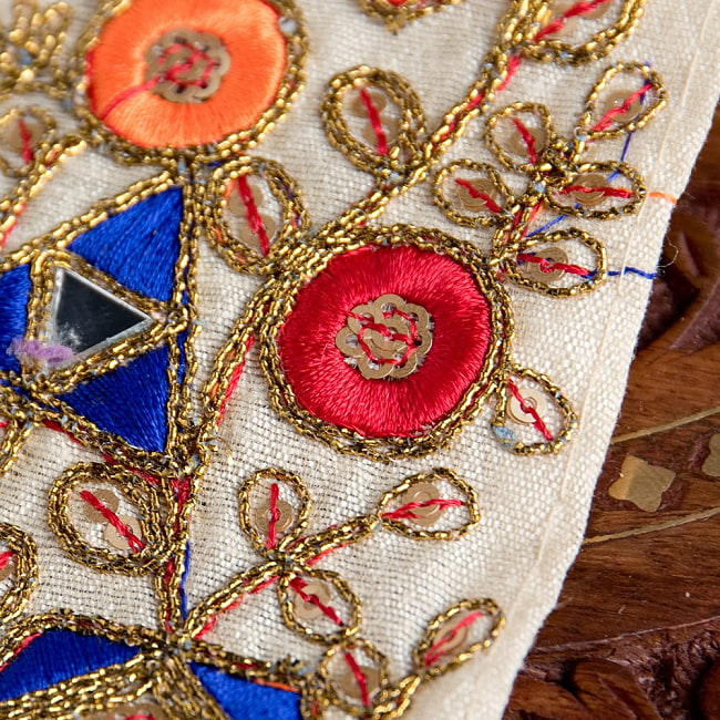 約9m チロリアンテープ ロール売  〔各色あり〕チロリアンテープ - 金糸が美しい ミラーワーク刺繍〔幅:約6.5cm〕 4 - 別の角度からの写真です