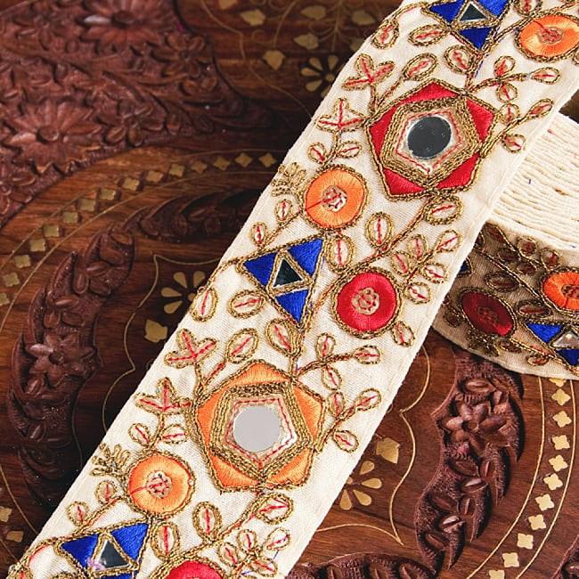 約9m チロリアンテープ ロール売  〔各色あり〕チロリアンテープ - 金糸が美しい ミラーワーク刺繍〔幅:約6.5cm〕の写真