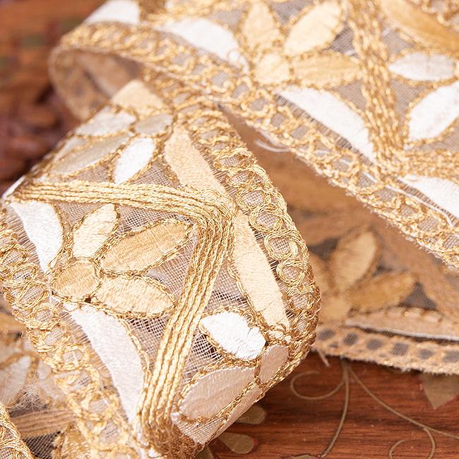 チロリアンテープ メーター売 - 金糸が美しい 更紗模様のゴータ刺繍  〔幅:約4cm〕 - みつ葉 2 - 拡大写真です