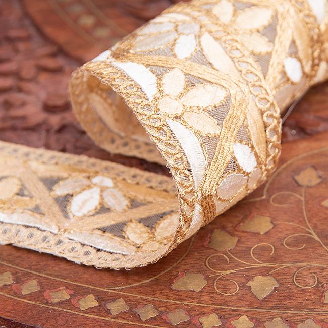 チロリアンテープ メーター売 - 金糸が美しい 更紗模様のゴータ刺繍  〔幅:約4cm〕 - みつ葉 4 - 別の角度からの写真です