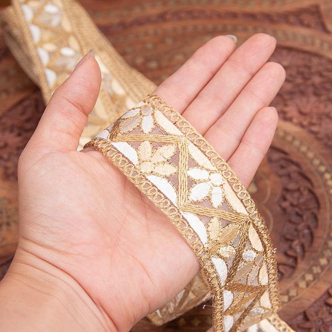チロリアンテープ メーター売 - 金糸が美しい 更紗模様のゴータ刺繍  〔幅:約4cm〕 - みつ葉 6 - 手にとってみました