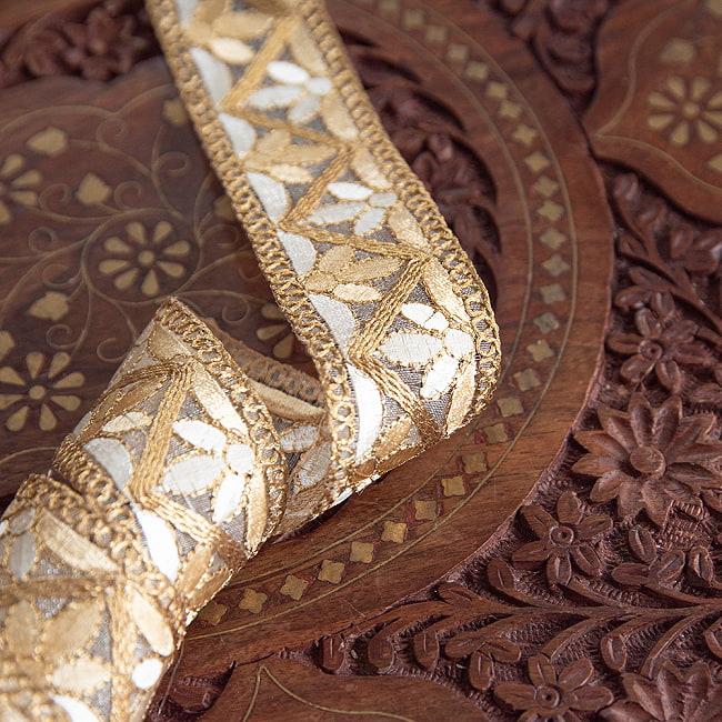 約9m チロリアンテープ ロール売 - 金糸が美しい 更紗模様のゴータ刺繍  〔幅:約4cm〕 - みつ葉 15 - 光にあたると、また綺麗