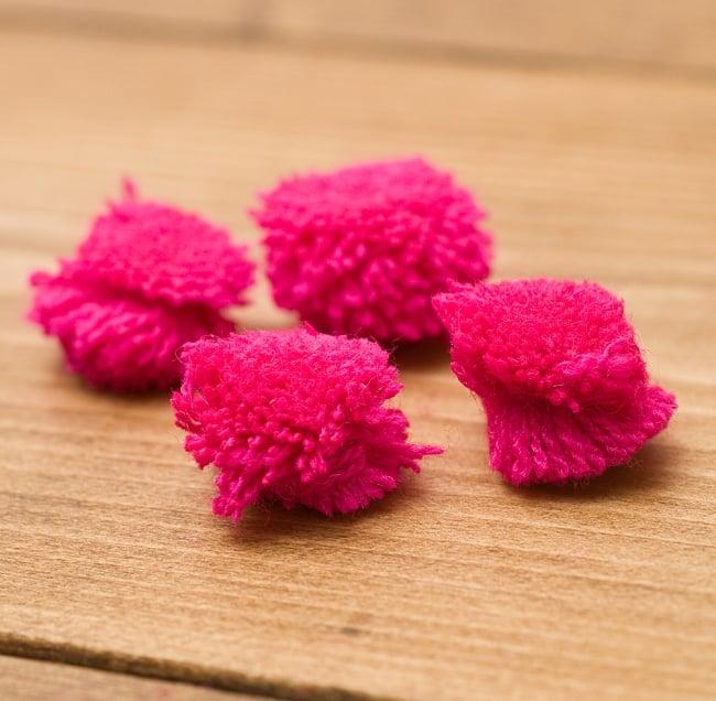 インドのカラフル・ポンポン(ピンク)約2cm×20個程度 2 - ひとつひとつでも、若干の形のバラつきがありますが、そこがキュートでもありますね♪